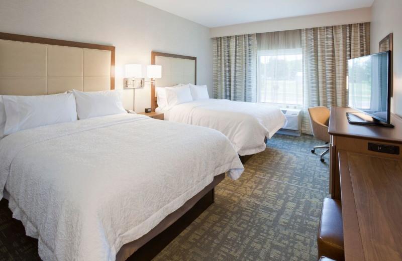 Guest bedroom at Spicer Green Lake Resort.