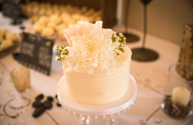 Wedding cake at Powers Creek Retreat.