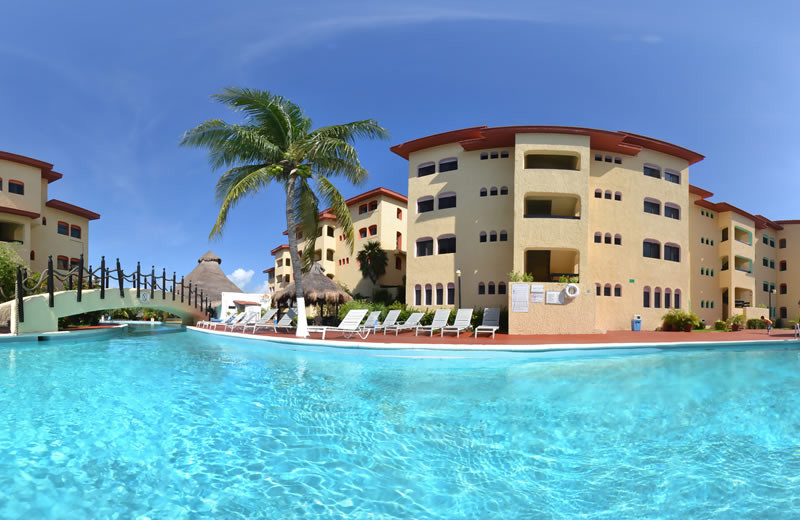 Exterior view of Best Western Cancun Clipper Club.