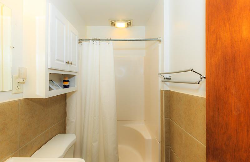 Cabin bathroom at Kon Tiki Resort.