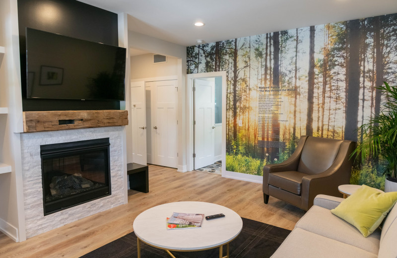 Guest living room at Bay Pointe Inn Lakefront Resort.