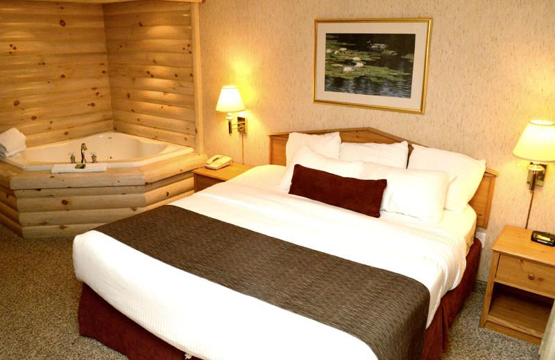 Hot tub guest room at Sawmill Creek Resort.