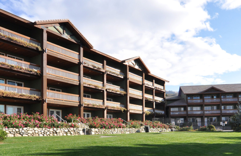 Exterior view of buildings at Lakeside Lodge & Suites.