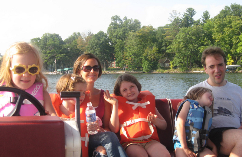 Family boating at Woodland Beach Resort.