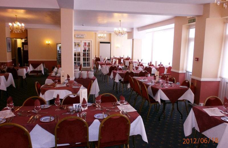 Dining at Narrowcliff Hotel.