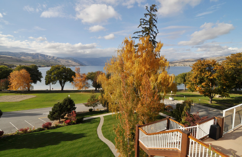 View of grounds and lake at Lakeside Lodge & Suites.