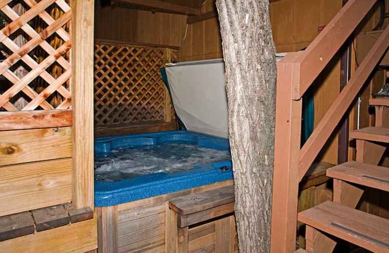 Hot tub at 4 Seasons Inn.