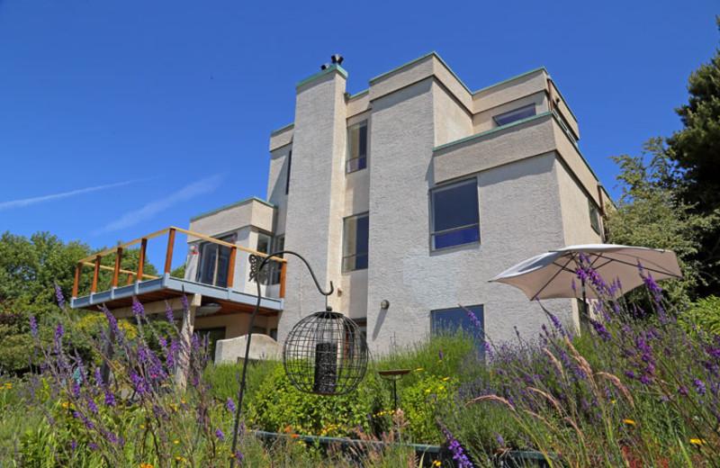 Exterior view of Gordon's Beach Farm Stay B&B.