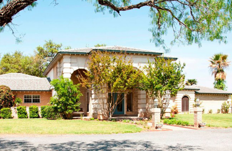 Exterior view of Live Oaks Bed & Breakfast.