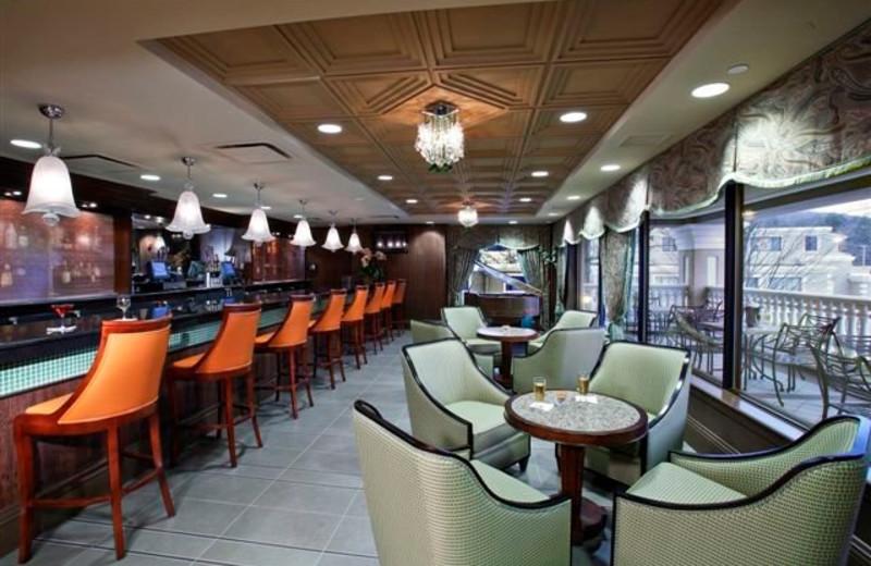 Bar and dining at Villa Roma Resort.