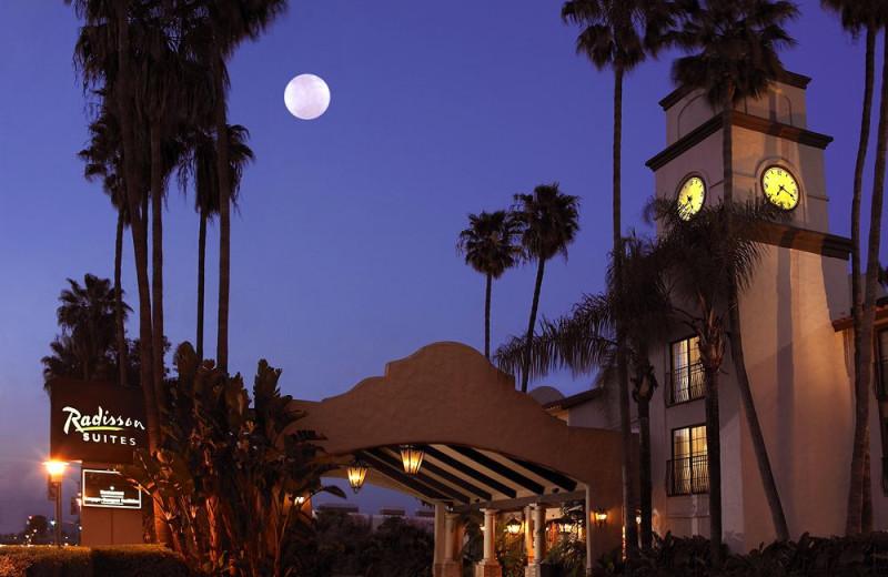 Exterior view of Radisson Suites Hotel Buena Park.
