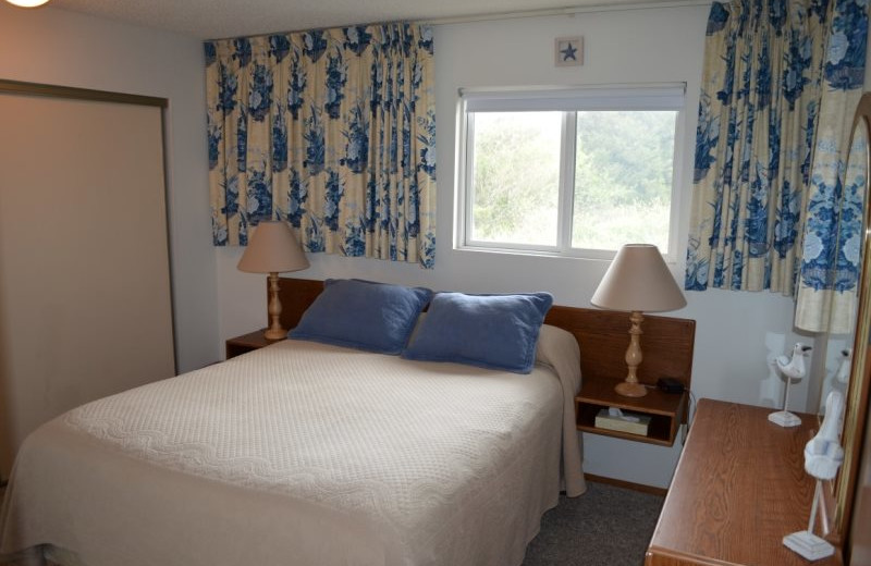 Guest bedroom at Hi-Tide Ocean Beach Resort.