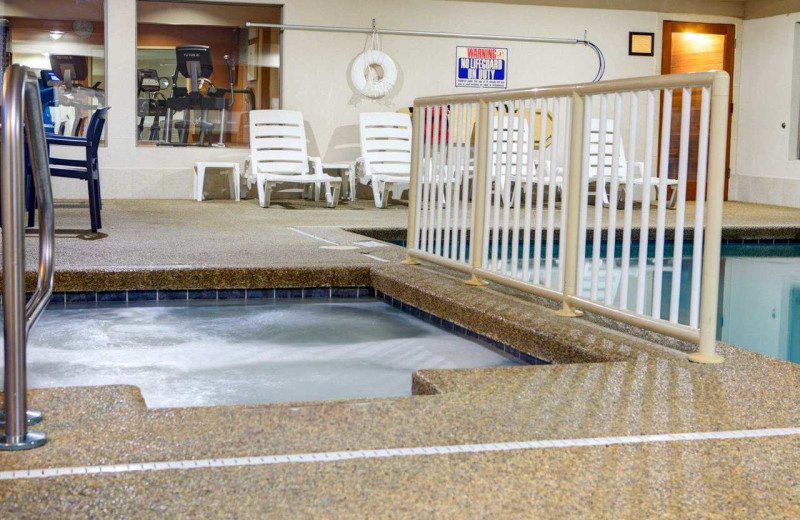 Hot tub at Comfort Suites Stevensville - St. Joseph.
