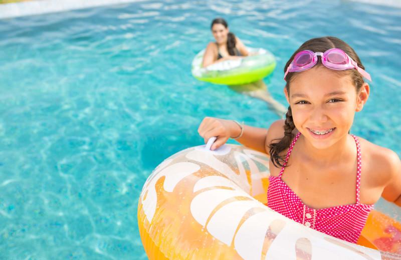 Family in pool at Sunrise Ridge Waterfront Resort.