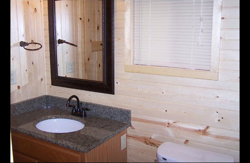 Cabin bathroom at Isle O' Dreams Lodge.