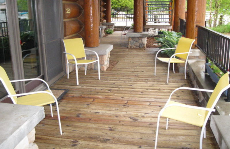 Guest patio at Glen Craft Marina and Resort.