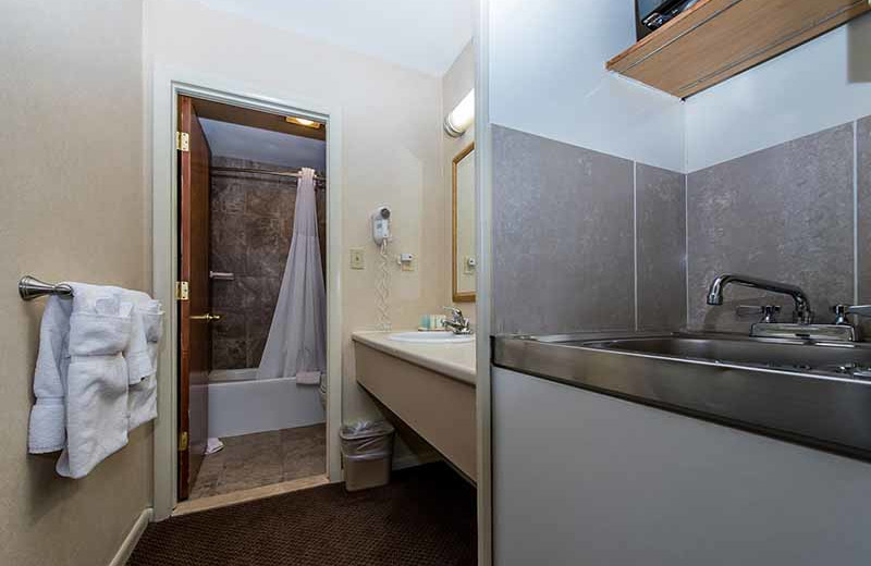 Guest bathroom at Windjammer Lodge.