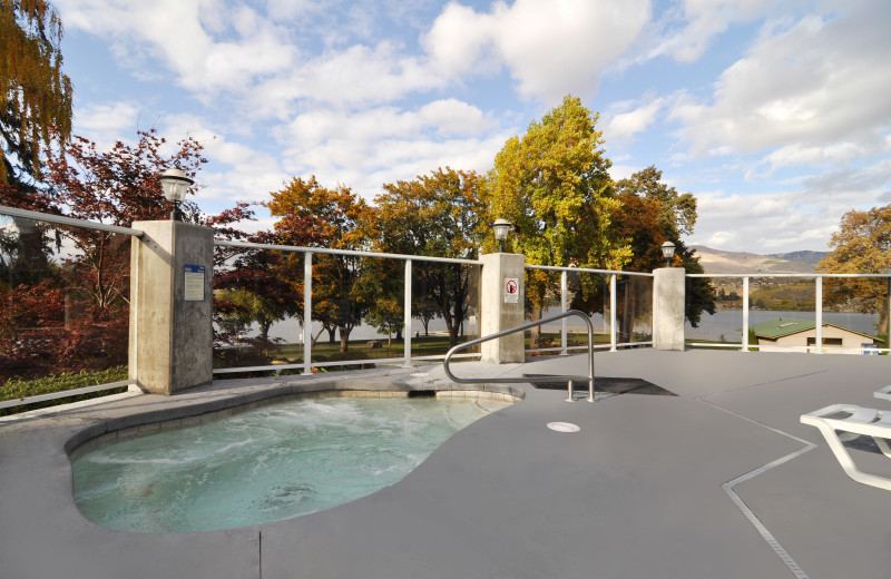 Outdoor jacuzzi at Lakeside Lodge & Suites.