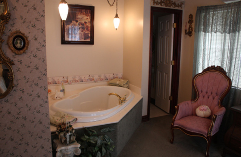 English Fox Hunt Cottage jacuzzi at The 1887 Hansen House Bed & Breakfast.