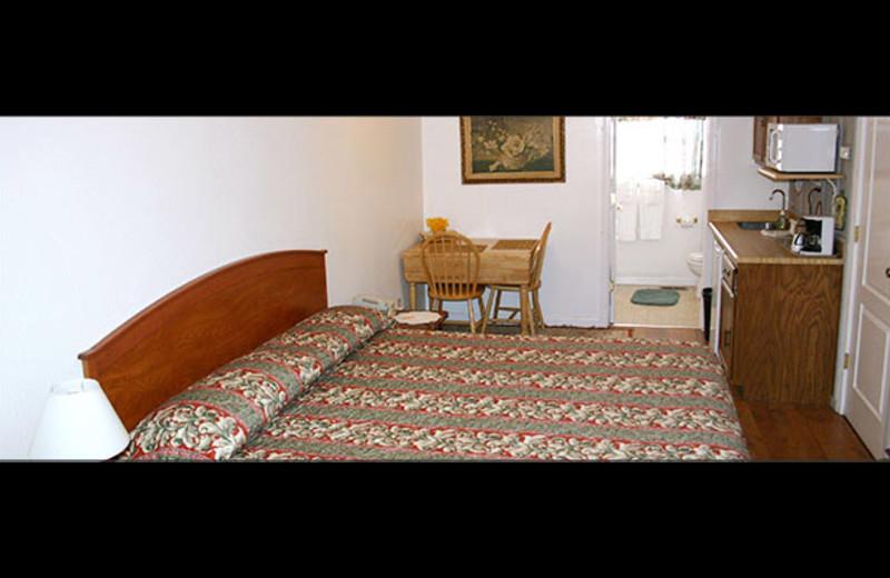 Guest room at Nevada City Inn.