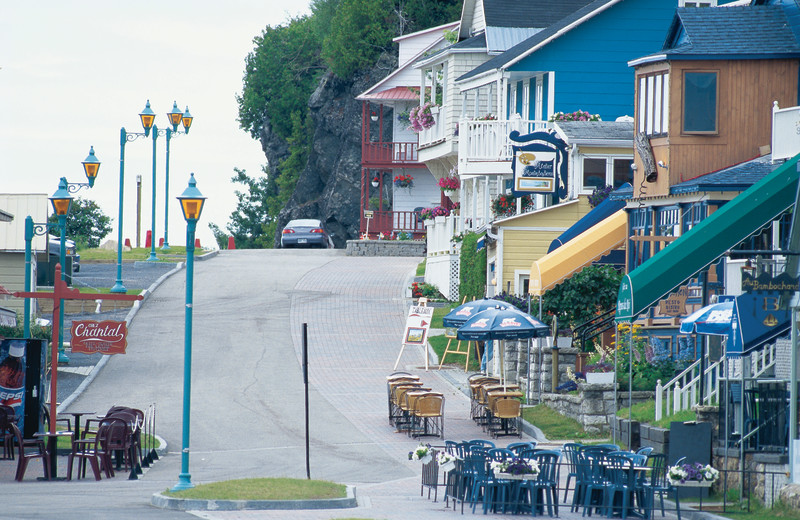 Shops and cafes near Fairmont Le Manoir Richelieu.