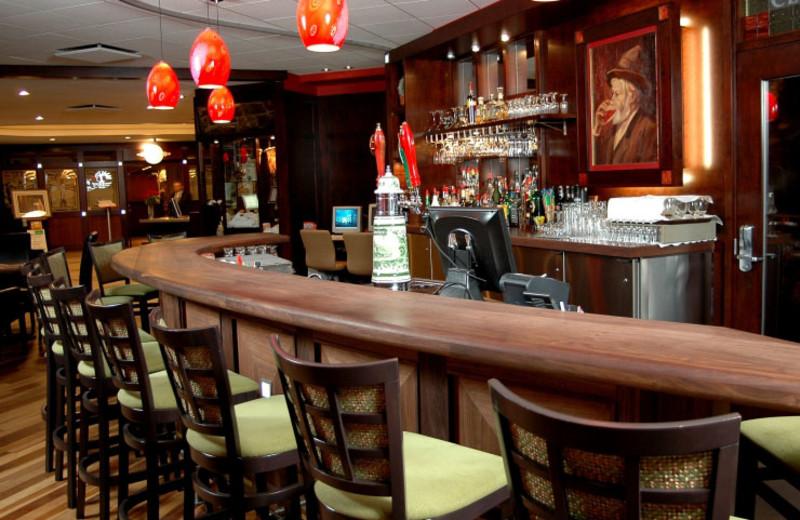Bar at Hotel & Suites Le Dauphin Drummondville.