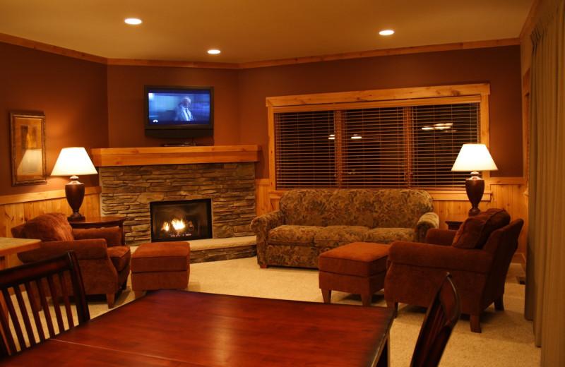 Guest living room at Ruttger's Bay Lake Lodge.