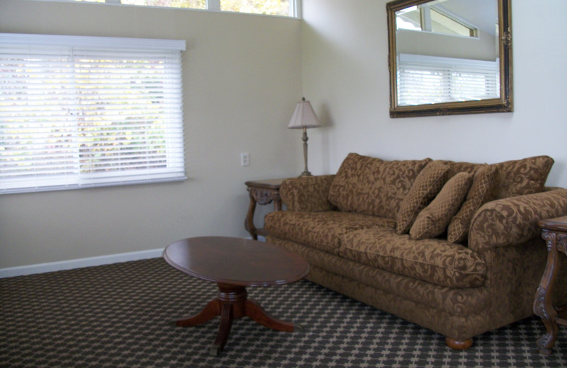Guest living room at Michillinda Beach Lodge.