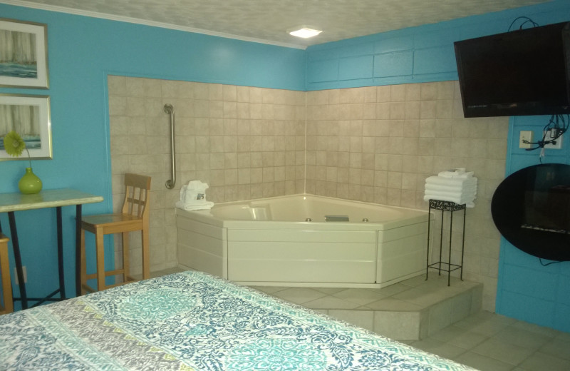 Guest room with jacuzzi at Miami Motel.