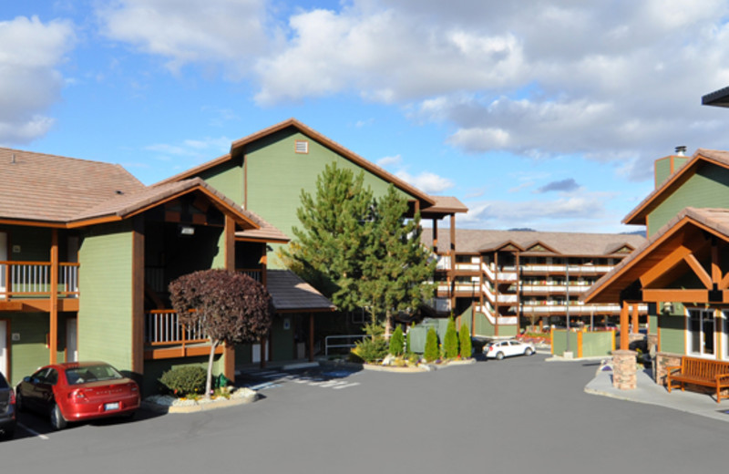 Exterior view of building at Lakeside Lodge & Suites.