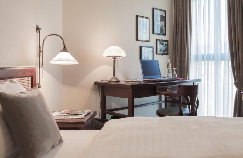 Guest room at Steigenberger MAXX Hotel Jena.