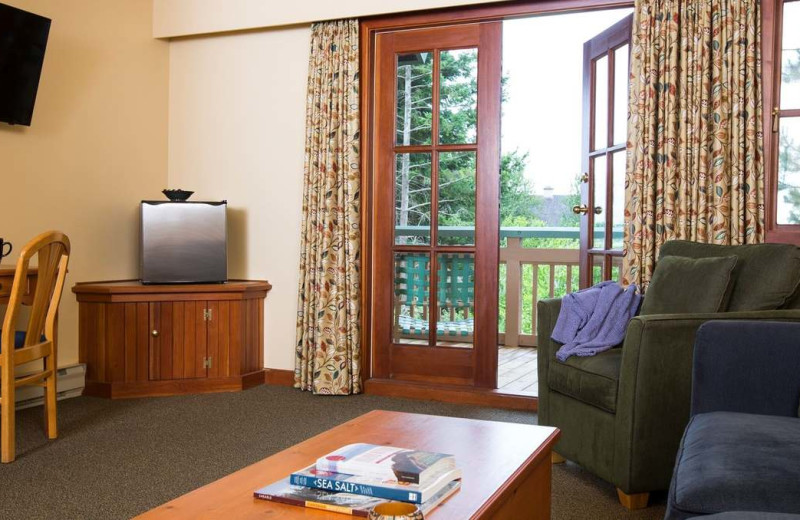Guest living room at Painters Lodge.