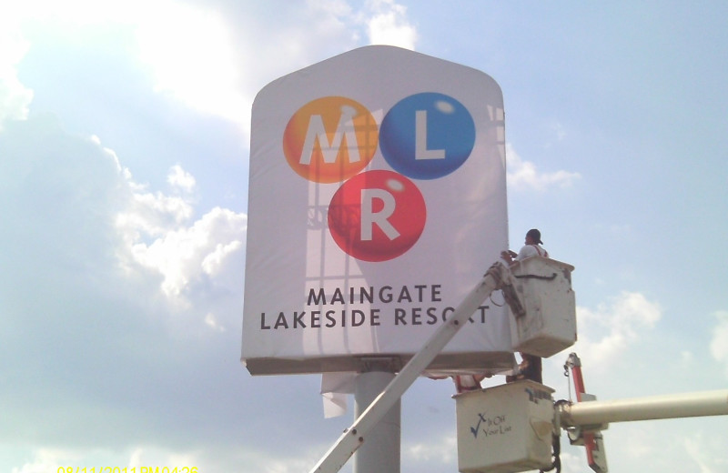 Maingate Lakeside Resort sign.
