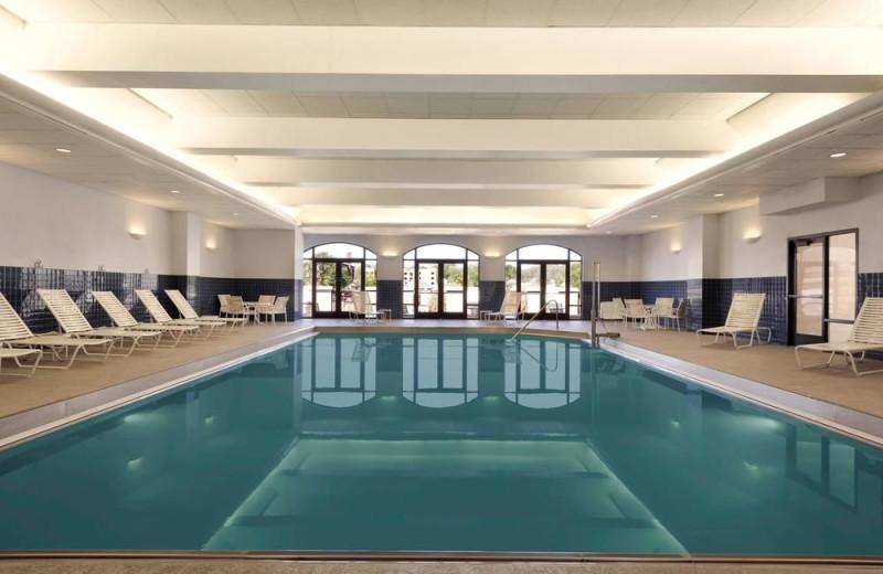 Indoor pool at Hampton Inn & Suites Kansas City Country Club Plaza.