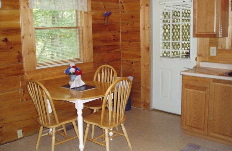 Cabin dining table at Country Road Cabins.
