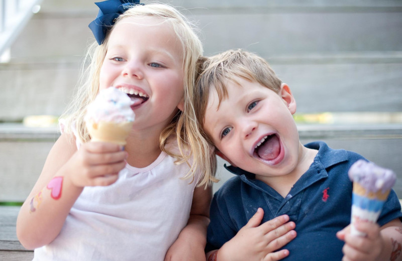 Kids eating ice cream at Winnetu Oceanside Resort.