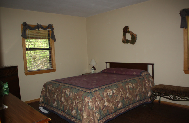Owl's Nest bedroom at Heath Valley Cabins.