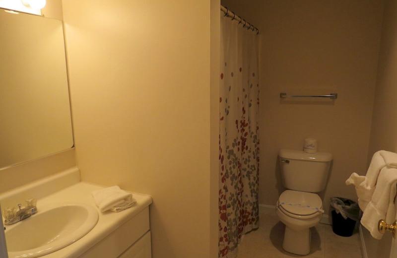 Guest bathroom at Misty Harbor & Barefoot Beach Resort.