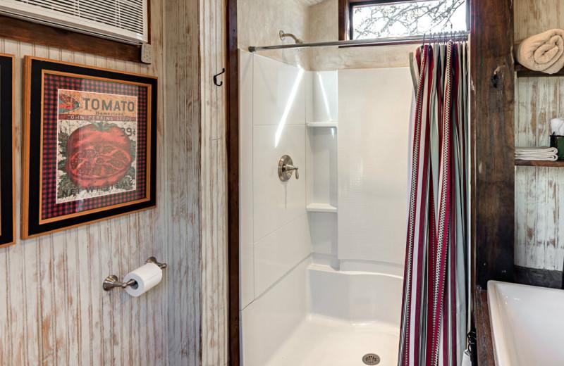 Wagon bathroom at Barons Creekside.