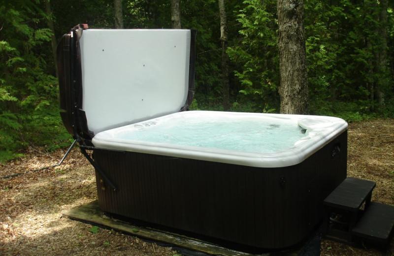 Hot tub at Larsen Log Cabins.