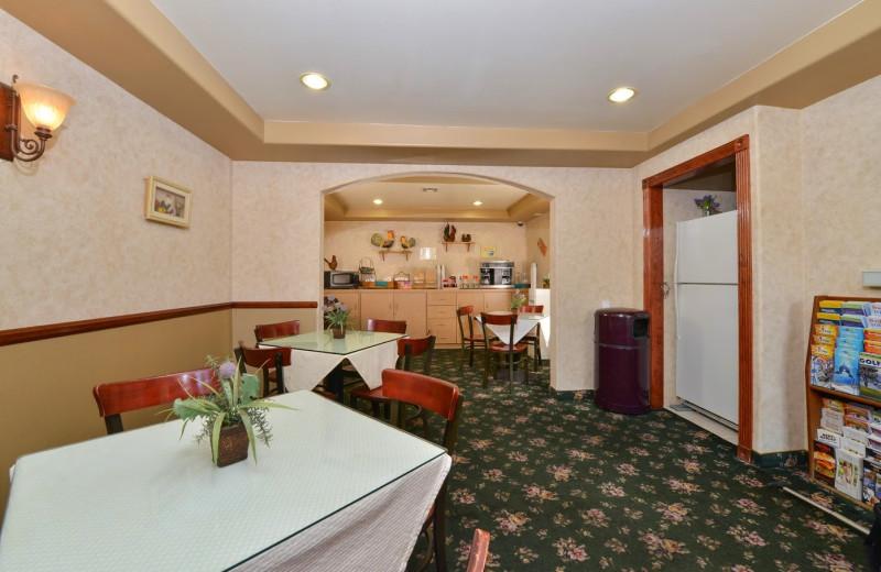 Breakfast room at Tarzana Inn.