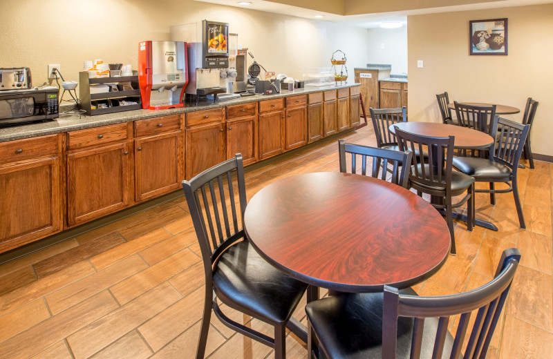 Dining at Econo Lodge - St. Joseph