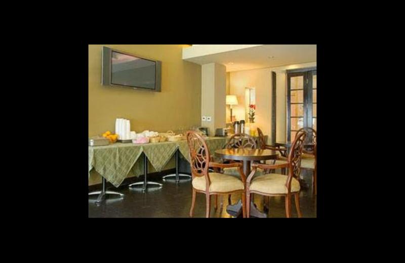 Breakfast room at Ramada Wilshire Center.