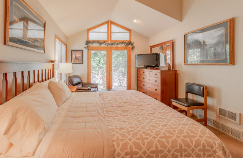 Guest bedroom at Riverwood On Fall River.