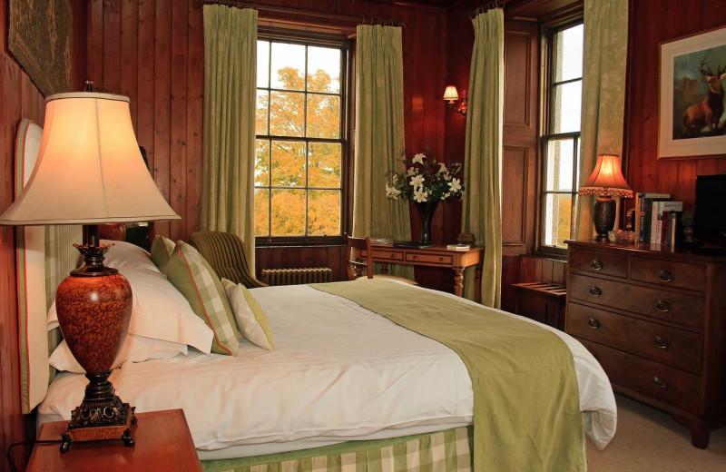 Guest room at Raemoir House.