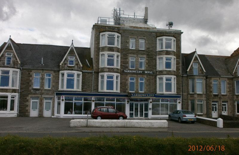 Exterior view of Narrowcliff Hotel.