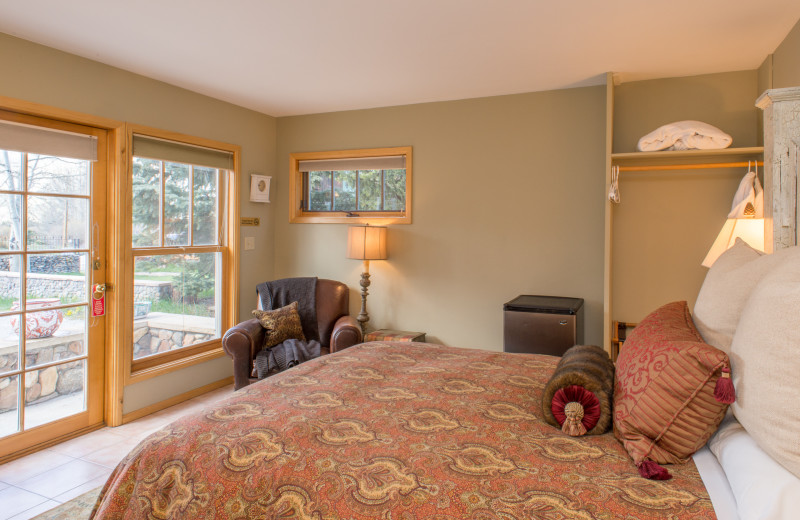 Guest room at Twin Lakes Roadlodge.