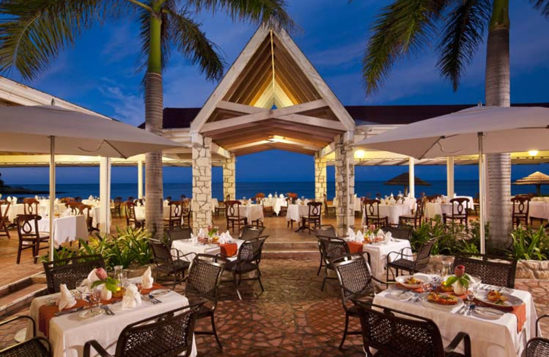 Dining at Allegro Resort Pineapple Beach.