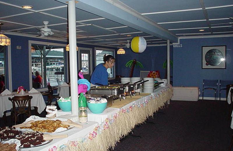 Dining at Jamestown Resort and Marina.