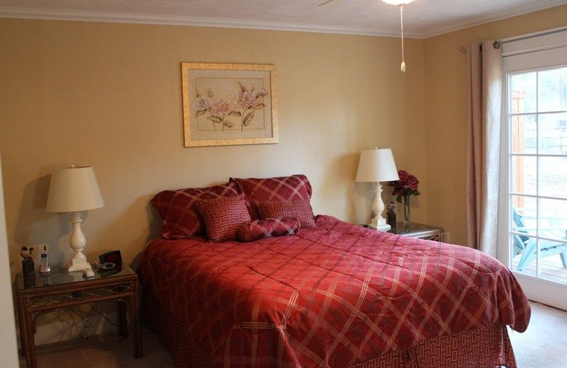 Cabin bedroom at Sisters Vacation Rentals.